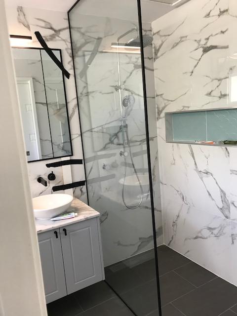 A Fix Panel glass shower enclosure